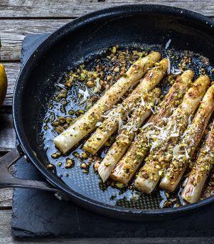Stekte hvite asparges med pistasjnøtter