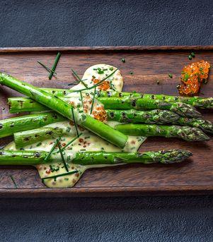Grillede grønne asparges med mousselinesaus og ørretrogn