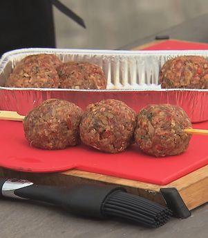 Kjøttboller på grillspidd - se video