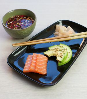 Sashimi med avokado og sesamfrø