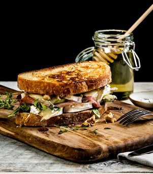 Ostesmørbrød med Chevre, spekeskinke, timian og pære