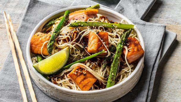 Wok med laks, asparges og nudler