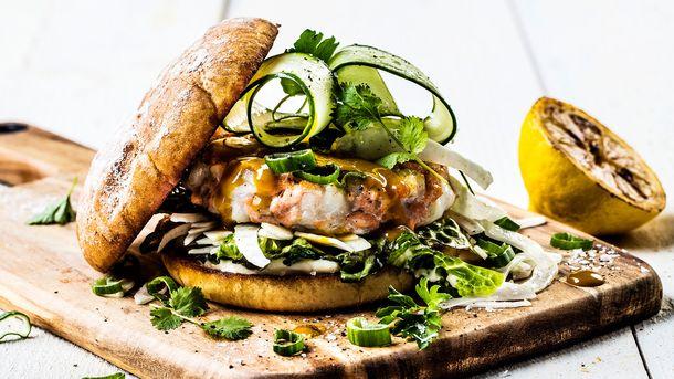 Grillet ørret- og torskeburger
