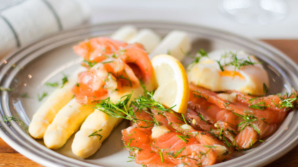 Posjerte egg og asparges