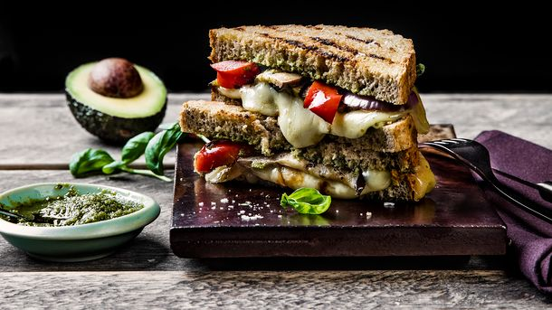Vegetar-ostesmørbrød med Norvegia® vellagret, aubergine, pesto og avokado
