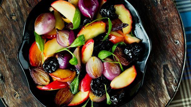 Honningstekte epler, svisker og løk