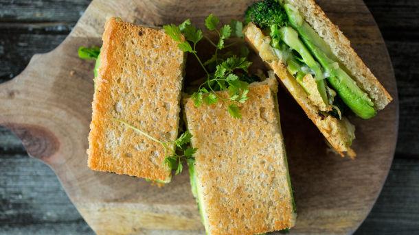 Ostesandwich med brokkoli og avokado