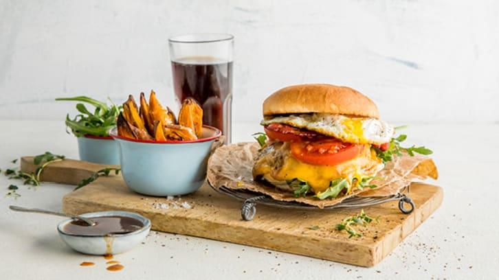 Burger med bacon og egg