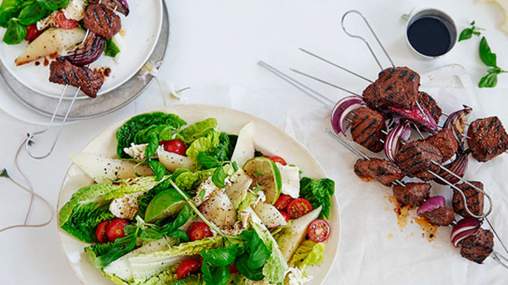 Grillspyd med frisk og syrlig salat