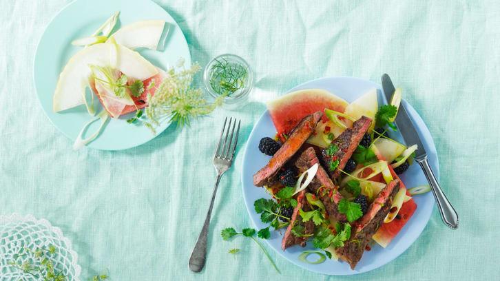 Biffsalat med melon og syrlige bjørnebær
