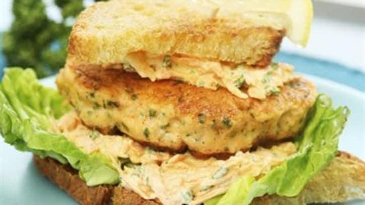 Fiskeburger i brød med salat
