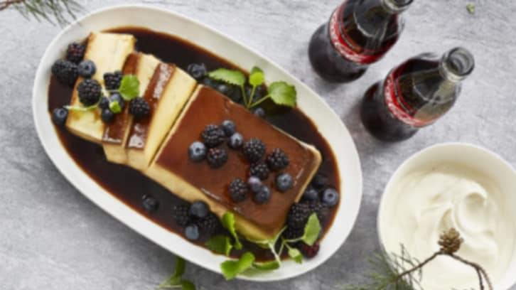 Hjemmelaget karamellpudding med friske bær