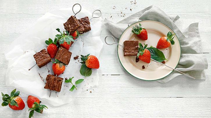 Grillspyd med jordbær og browniebiter