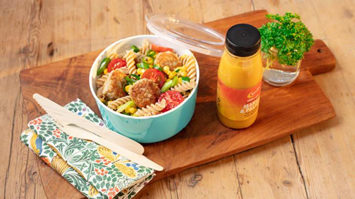 Kyllingkjøttboller med pasta og grønnsaker