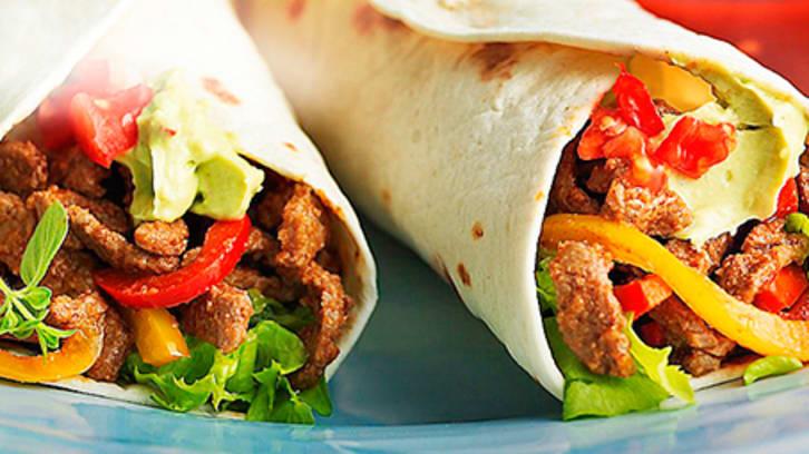 Burrito servert med guacamole og ferske grønnsaker
