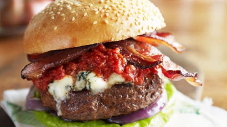 Hamburger med blåmuggost, bacon og italiensk tomatsaus