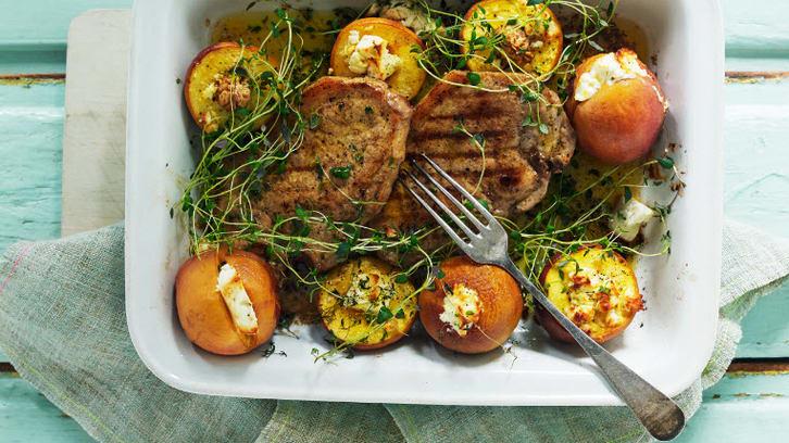 Grillede koteletter med bakt fersken og fetaost