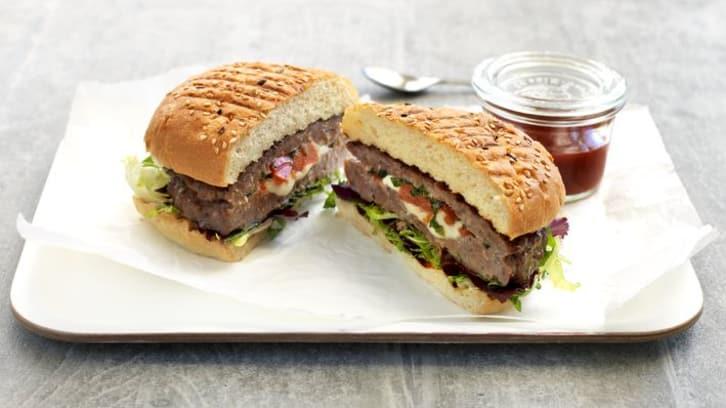 Grillet burger fylt med mozzarella og tomat