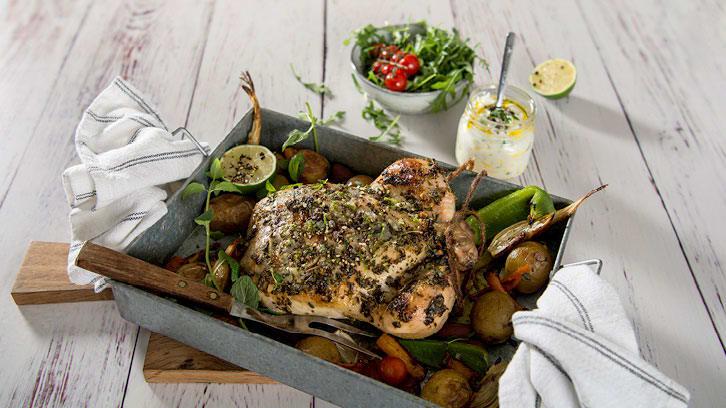 Ovnsbakt kylling med honningstekte grønnsaker og mynteyoghurt