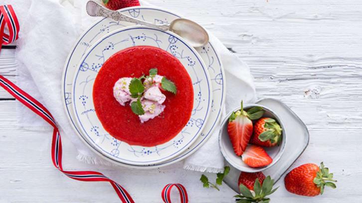 Kald jordbærsuppe med jordbæris