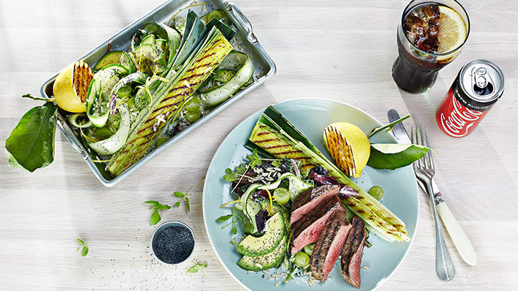 Biff med ris-salat og grillet purreløk