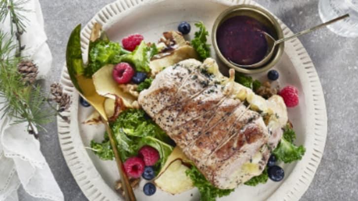 Kalkunfilet fylt med deilig brie, bærsaus og lun salat