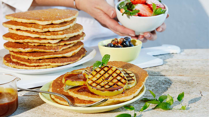 Amerikanske pannekaker med jordbærsalat og blåbærsirup