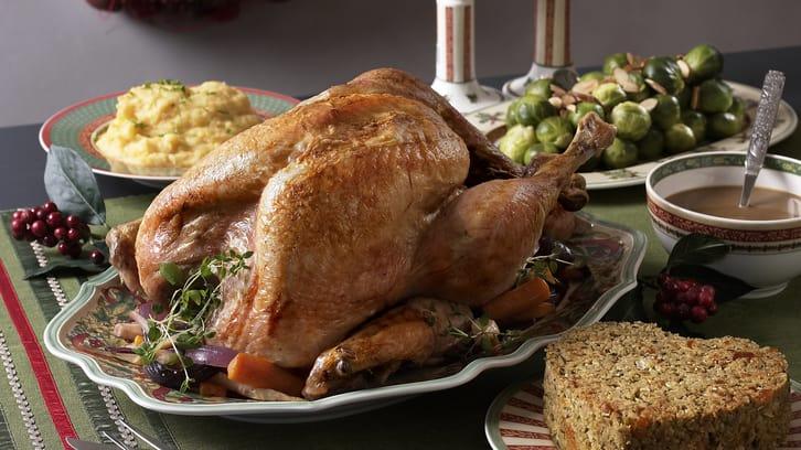 Julekalkun med stuffing, rotgrønnsaker og gyllen potetmos