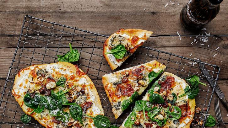 Pizza med 4 oster, bacon og stekte hasselnøtter - lykke!