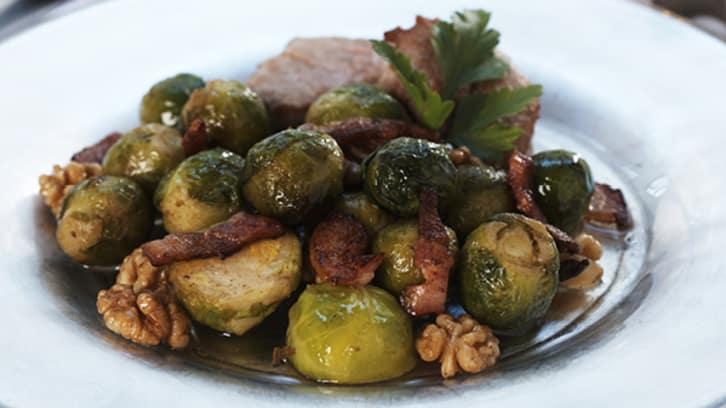 Rosenkål med bacon og valnøtter