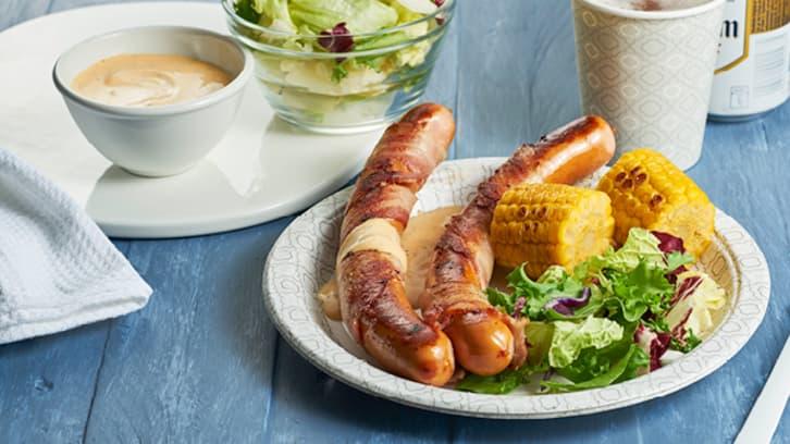 Baconsurret Pølse med peppersaus  og maiskolber