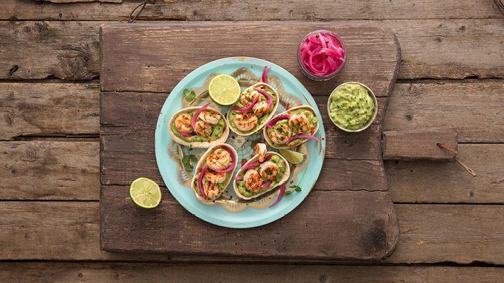 Tortilla-skål med grillet scampi, guacamole og syltet rødløk