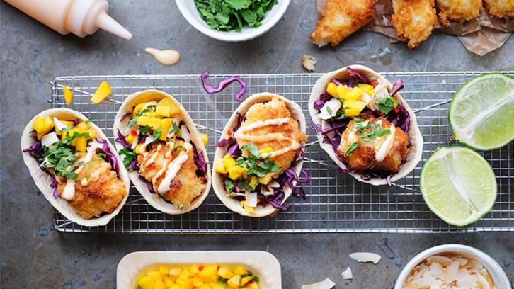 Fisketaco med hot mayo, mangosalsa og kokosflak