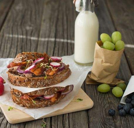 """Illustrasjonsbilde for """"Ferskt, nystekt brød med grov leverpostei og bacon"""""""