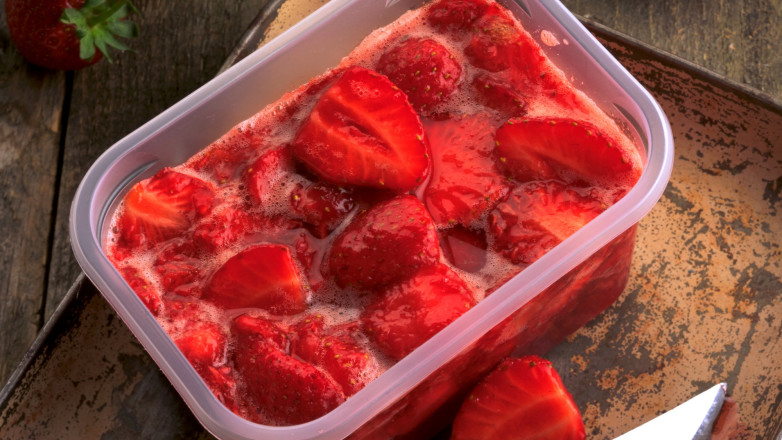 lage jordbærsyltetøy av frosne bær