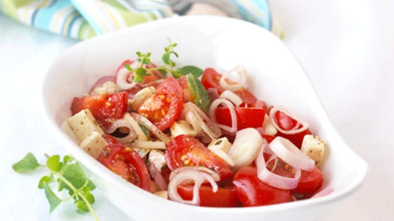 Tomat- og løksalat