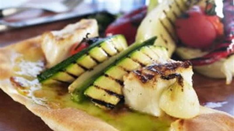 Steinbitpizza med grillede grønnsaker