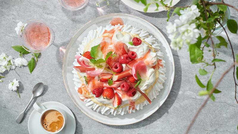Rask Pavlova med rabarbra og jordbær