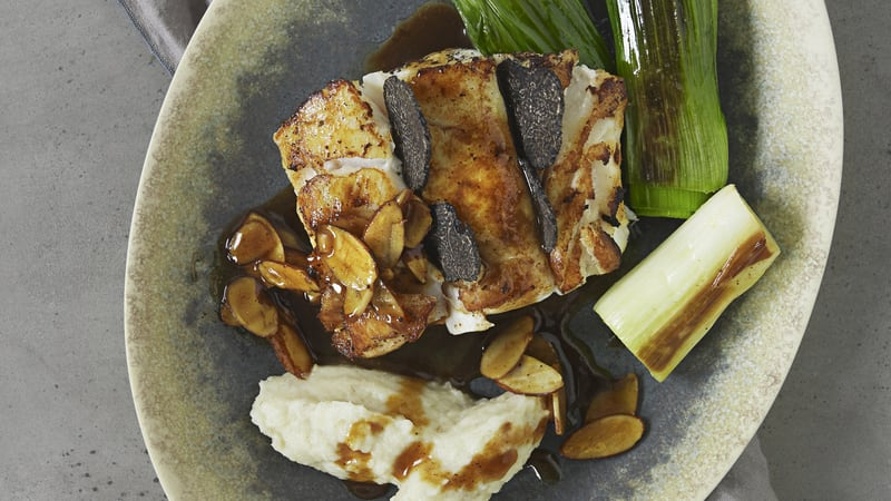 Pannestekt torskerygg med sort trøffel, jordskokkmos, purreløk og soyasmør