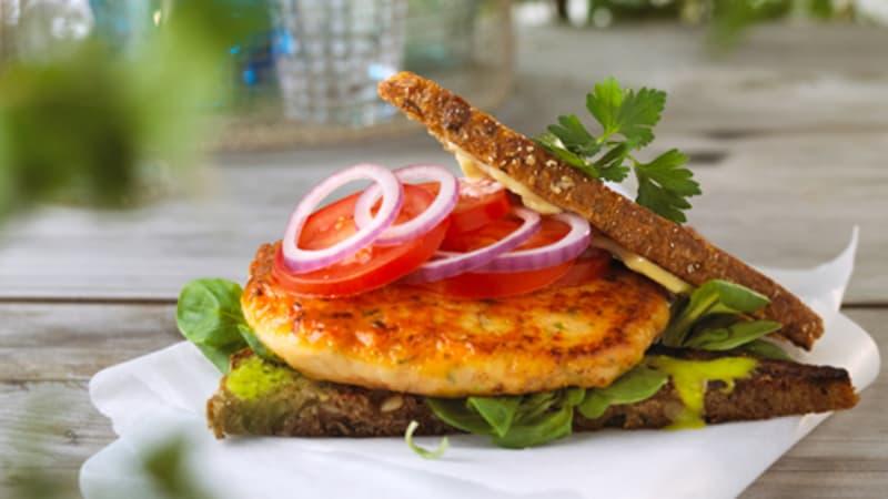 Lakseburger med aioli og grønn pesto