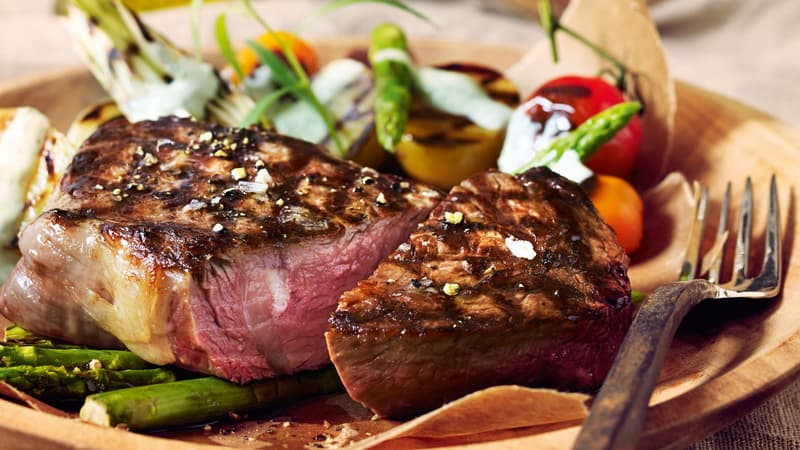 Grillet kalveentrecôte og spede grønnsaker med urtesaus laget på nyr