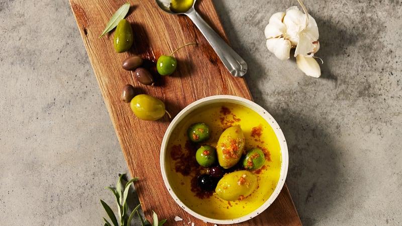 Focaccia med oliven og rosmarin