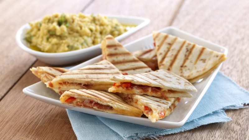 Grillet quesedilla med chorizo og cheddar