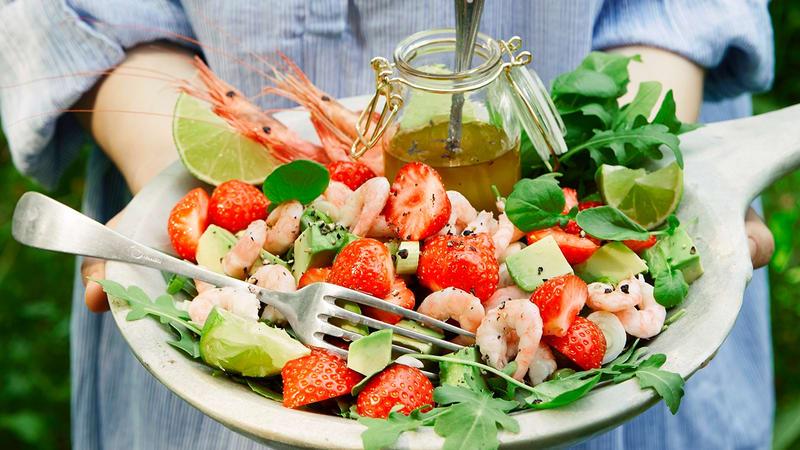 Sommersalat med reker og jordbær
