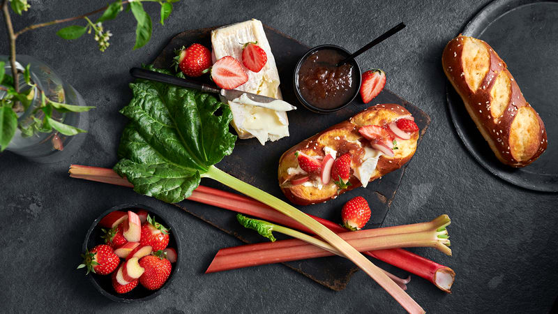 Sandwich med Kubbeost, rabarbrasyltetøy og jordbær