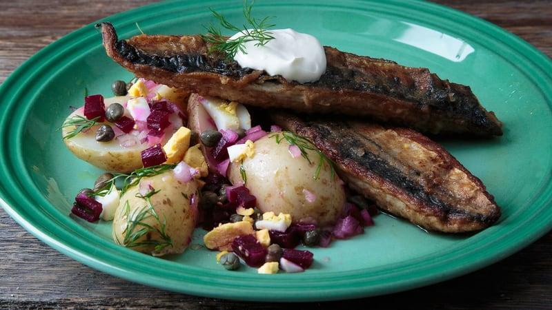 Sprøstekt makrell og nypotetsalat med dill, rødbete og kapers