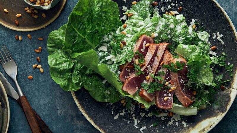 Rosastekt tunfisk med cæsarsalat