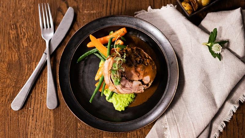 Fylt kje-porchetta med dampede grønnsaker og ertepuré