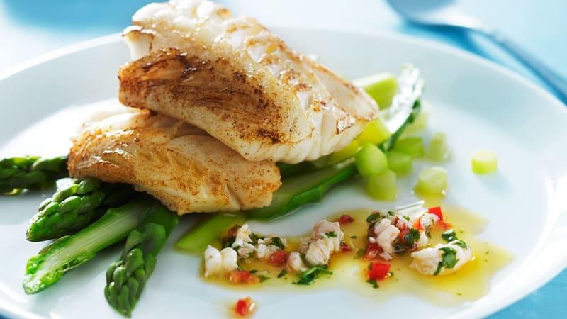 Bakt isgalt med spicy rekesalat og asparges