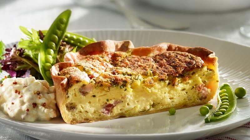 Pai med Tine Jarlsberg ost, bacon & vårløk, salat med Tine cottage cheese vinaigrette